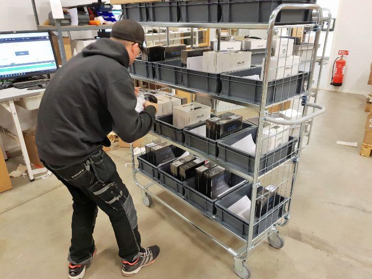 Ein 3D Prima Mitarbeiter bei dem Vorbereiten des Versands.