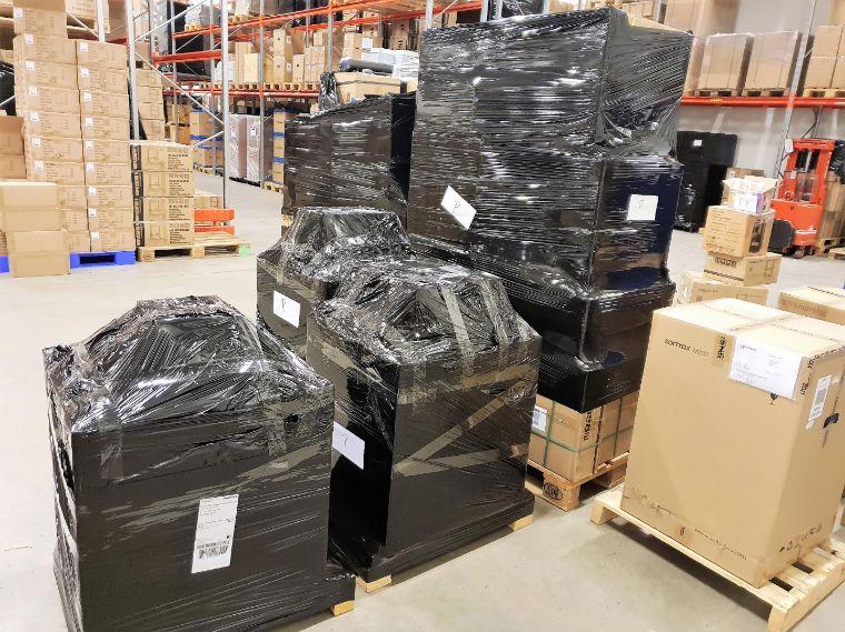 Dieses Bild zeigt fertig kommissionierte und verpackte 3D-Drucker, 3D-Scanner, Filamente, Resin sowie Zubehör- und Ersatzteile.