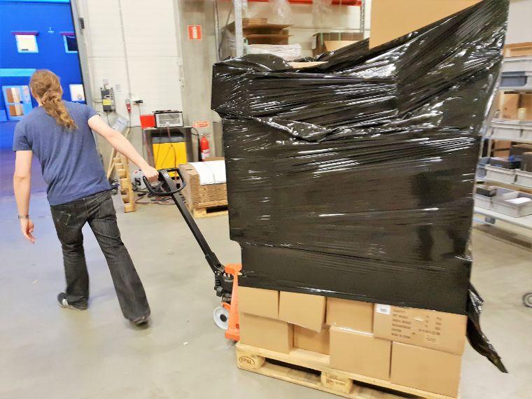 Das Bild zeigt einen 3D Prima Mitarbeiter beim Verladen deiner 3D-Drucker für den Versandweg.